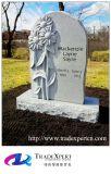 A mão ocidental do estilo desabou o monumento do cemitério com flor do cavamento