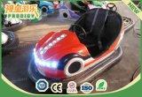 子供の車を避ける屋内催し物のバンパー・カー熱血な車