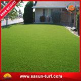 Permanece a grama sintética do relvado plástico verde para a decoração do jardim