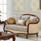 居間のソファーはファブリックおよび木フレームとセットした