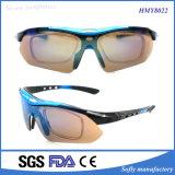 O frame plástico da forma nova do desenhador ostenta óculos de sol com 400 UV