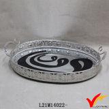 旧式な銀製の金属ハンドルが付いている装飾的なミラーの皿
