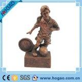 カスタマイズされた樹脂のサッカーのスポーツマンの彫像、投げる樹脂の彫刻