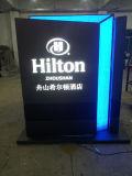Muestra al aire libre del pilón de la guía del directorio de la instrucción de la salida LED de la entrada del hotel
