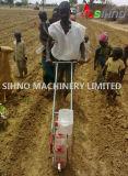 Camminando dietro la seminatrice manuale di spinta della mano per mais/fagiolo/arachide/verdura