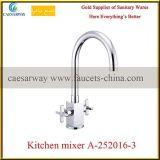 Misturador sanitário da água do dissipador de cozinha do punho do dobro dos mercadorias