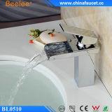 Grifo moderno del lavabo de la cascada del cromo de cobre amarillo de Beelee