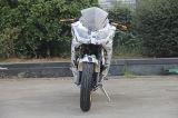 150cc, 200cc, 250cc che corre motociclo con il reticolo del giornale