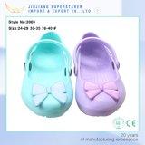 方法女性のサンダルの女の子の偶然靴