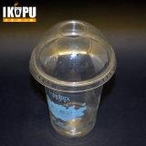 Copo de café de plástico gelado limpo com tampa