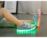 Los cabritos LED con pilas calzan la luz con el indicador