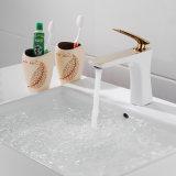 Grifo plateado pintado y de oro del blanco asado a la parilla del lavabo de agua