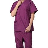 Les dames minces frotte de l'uniforme médical avec la chemise courte