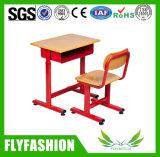 Única mesa do estudante de madeira da sala de aula com rodas