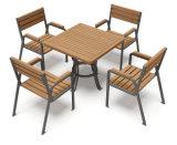 테이블과 의자의 새로운 나무로 되는 조합
