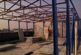 Taller de la estructura de acero con la viga de H