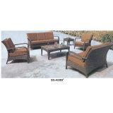 Tabela e cadeiras impermeáveis modernas do café na venda