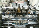 A máquina cortando e vincando automática com descascamento morre o cortador