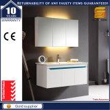 現代簡単な様式のミラーフレームが付いている壁に取り付けられた浴室用キャビネット
