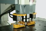 Macchina di perforazione e di taglio con l'addetto alla lavorazione dell'acciaio idraulico di Muti