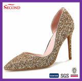 金カラーきらめきのドリルの女性の靴
