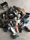 Используемые люди ботинок для руки сбывания вторых резвятся ботинки