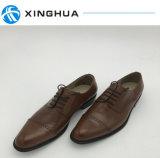 A mão faz sapatas no couro genuíno para sapatas do escritório