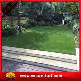 Grama artificial da paisagem verde bonita da decoração do jardim