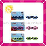 Kinder, die Schutzbrille-Spielwaren schwimmen