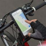 A montagem impermeável da bicicleta do malote com instala sobre o guiador