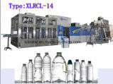 Разлитая по бутылкам минеральная вода/чисто машина завалки воды