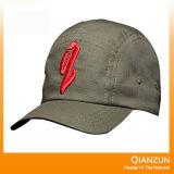 新式の赤いトラック運転手の網の野球帽