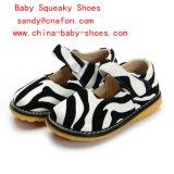 Ребёнок печатание зебры обувает пискливые ботинки