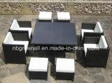 立方体の藤の家具を食事している屋外の6人