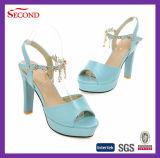 Голубые сандалии способа женщин цвета