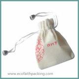 花の装飾が付いている小さくかわいいビロードのドローストリングのギフト袋