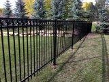 錬鉄の防御フェンスか電流を通された防御フェンス
