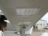 Todos en una luz de calle solar de 30W LED para los 7-8m poste con la batería de ion de litio incluida
