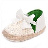 Élastique de noeud de guindineau avec des chaussures de bébé