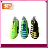 人のための釘が付いているフットボールの靴