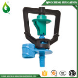 Plastica dell'azienda agricola che innaffia il micro sistema di irrigazione a pioggia