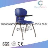 有用なバスケットの黒いメモ帳が付いている青い学校家具のプラスチックトレーニングの椅子