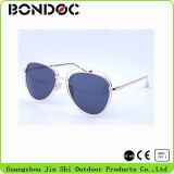 Buntes Form-Metall Sunglass am Sommer (7540
