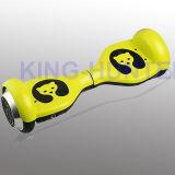 電気スクーターの小型スクーターのバランスをとっている4.5人のインチの子供の自己