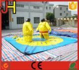 Vestiti gonfiabili di Sumo con la stuoia a terra