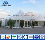 Grande tenda esterna di evento della chiesa con le pareti di vetro