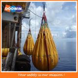 Saco de água a pouca distância do mar do teste da carga da prova do guindaste da sobrecarga
