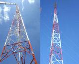 電流を通された鋼鉄格子アンテナ鉄塔
