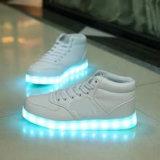 子供の明るい靴の蛍光性の靴のための2016の新しいLEDの軽いスポーツの靴