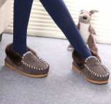 Klassische Winter-Frauen-Schuhe im Grau
